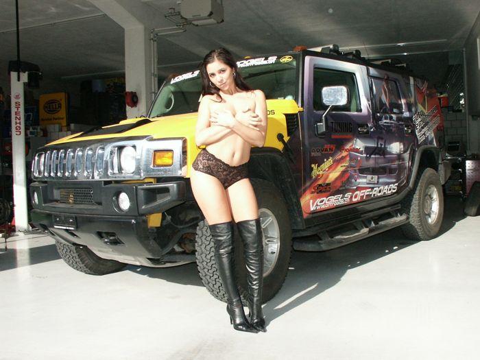 Mujeres desnudas y autos de carreras